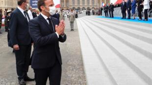 الرئيس الفرنسي إيمانويل ماكرون يهنئ الضيوف بعد  احتفالات 14 تموز/ يوليو 2020 في ساحة الكونكورد، باريس
