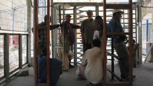 يعاني الفلسطينيون من الإجراءات الأمنية والتأخير على معبر بين حنون