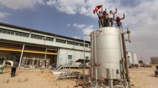 محتجون تونسيون من تطاوين يقتحمون محطة رئيسية لجمع وضخ النفط في منطقة الكمور يوم 16 يوليو 2020