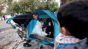 عائلة سورية لاجئة في ضاحية سانتوان الباريسية الشمالية (16 سبتمبر 2015)