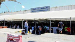 ينتظر الركاب رحلاتهم في مطار  معيتيقة الدولي في العاصمة الليبية طرابلس في 24 أغسطس 2019 ، بعد أن ضرب صاروخ المطار الذي أوقف الرحلات الجوية.
