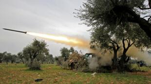 قوات من المعارضة السورية تطلق صواريخ على قوات النظام السوري في محافظة إدلب يوم 28 فبراير/ شباط 2020