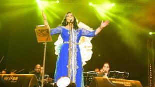 المغنية الإماراتية أحلام بالقفطان المغربي الأزرق في اختتام مهرجان موازين 30-06-2018