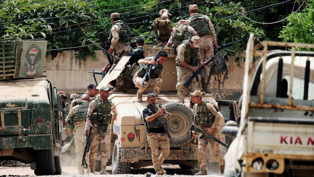 """جنود من القوات العراقية أثناء معركة مع تنظيم """"الدولة الإسلامية"""""""