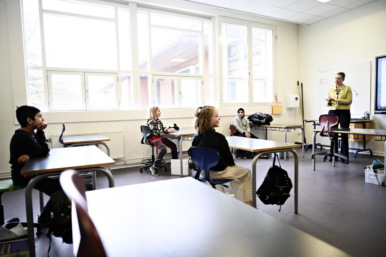رئيسة الوزراء الدانماركية ميت فريدريكسن (على اليمين) مع التلاميذ أثناء مشاركتها في إعادة فتح مدرسة في كوبنهاغن يوم 15 أبريل 2020 بعد اغلاقها بسبب فيروس كورونا