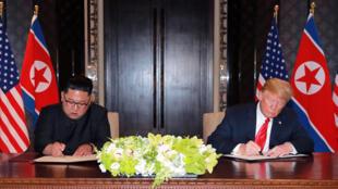الرئيس الأمريكي دونالد ترامب والزعيم الكوري الشمالي كيم جونج أون يوقعان الاتفاق النووي