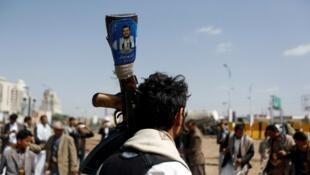 الصورة لأحد أتباع زعيم الحوثيين