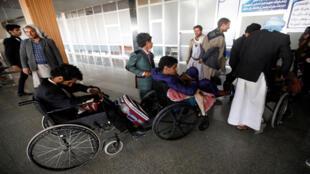 عملية نقل الجرحى الحوثيين
