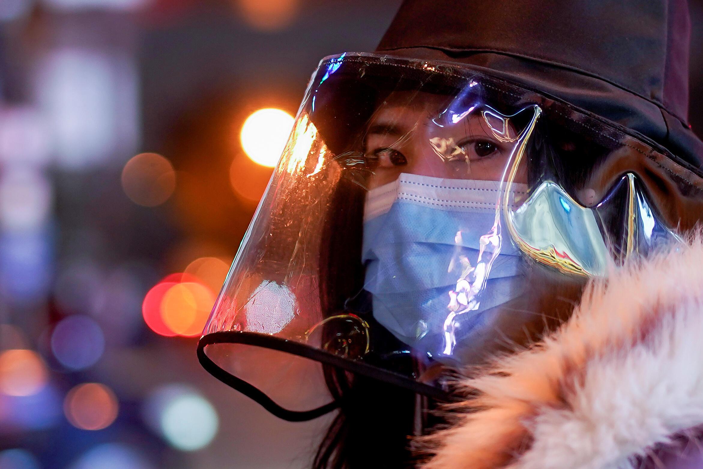 امرأة تضع أقنعة للوقاية من فيروس كورونا