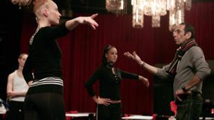 """صورة التقطت في 18 أكتوبر 2006، يستمع راقصون من مجموعة """"فتيات بلوبيل"""" إلى المدير الفني بيير رامبرت في ملهى ليدو في باريس."""