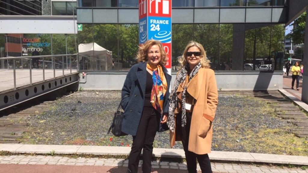 الأستاذة الجامعية مي جبران رفقة الإعلامية كابي لطيف(أمام مبنى مونت كارلو الدولية، باريس)