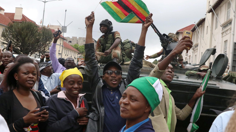 متظاهرون من زمبابوي يطالبون بتنحي الرئيس روبرت موغابي