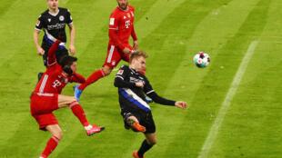 مشهد من المباراة الصعبة التي لعبها بايرن ميونيخ أمام فريق أرمينيا بيليفيلد في الدوري الألماني لكرة القدم