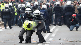 اعتقال أحد المتظاهرين من السترات الصفراء في بلجيكا