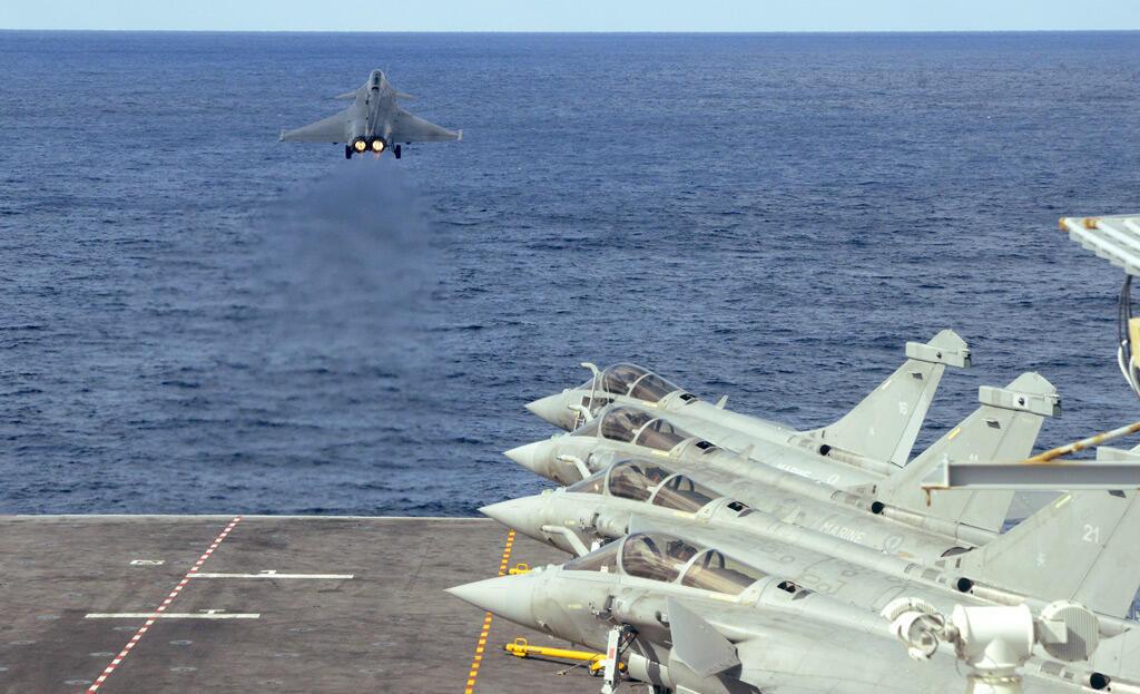 مقاتلات رافال على متن حاملة الطائرات النووية شارل ديغول