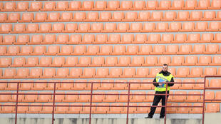 ملعب فارغ من الجمهور بسبب كورونا
