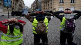 اعتقال أحد المتظاهرين من السترات الصفراء في فرنسا