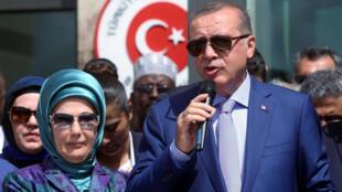 اردوغان مع عقيلته اثناء افتتاح السفارة التركية في العاصمة الصومالية