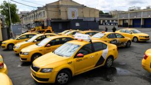 محطة لسيارات التاكسي في موسكو