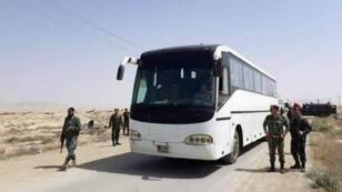باصات تنتظر لإجلاء مقاتلين ومدنيين سوريين من منطقة الغوطة بالقرب من دمشق