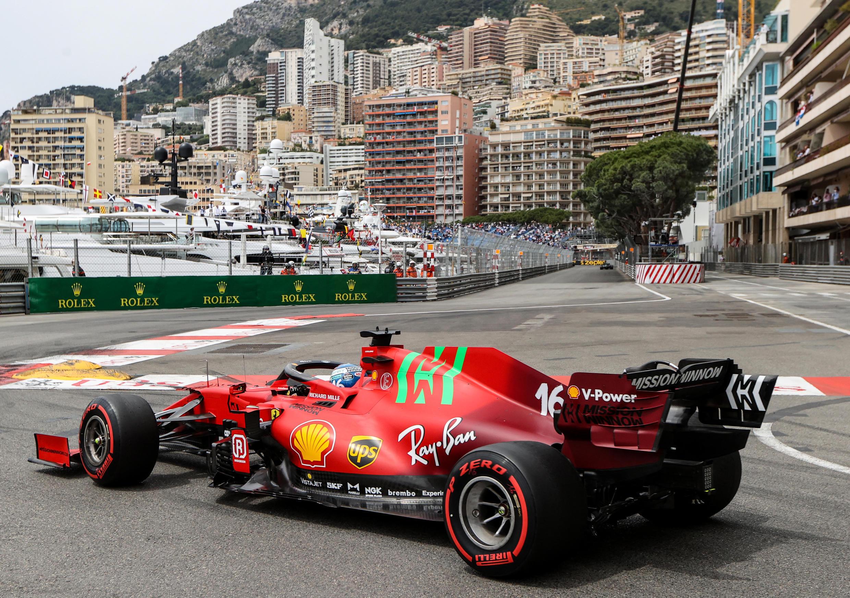 """تشارلز لوكليرك يقود سيارته """"فيراري"""" في موناكو خلال جلسة التدريب الثالثة على حلبة موناكو، في 22 مايو 2021، قبل سباق موناكو للفورمولا 1"""
