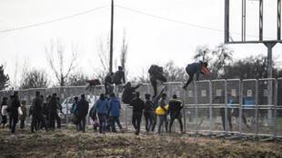 مهاجرون يحاولون الدخول إلى أوروبا عبر اليونان