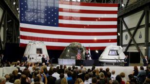 نائب الرئيس الأمريكي مايك بنس خلال زيارته قاعدة كينيدي الفضائية في كاب كانافيرال في فلوريدا في06-07-2017