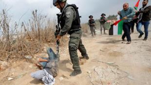 شرطي إسرائيلي خلال مظاهرة فلسطينية ضد المستوطنات اليهودية في قرية ترمس آية بالقرب من رام الله يوم 17 أكتوبر 2019