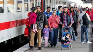 مهاجرون سوريون يصلون من النمسا إلى  برلين، ألمانيا، 5 أكتوبر 2015.
