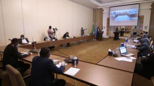 الجلسة الافتتاحية للمفاوضات بين ممثلي الحكومة والجبهة الثورية السودانية، والتي عقدت عبر الفيديو بسبب وباء فيروس كورونا، في فندق بالعاصمة السودانية الخرطوم في 18 مايو 2020