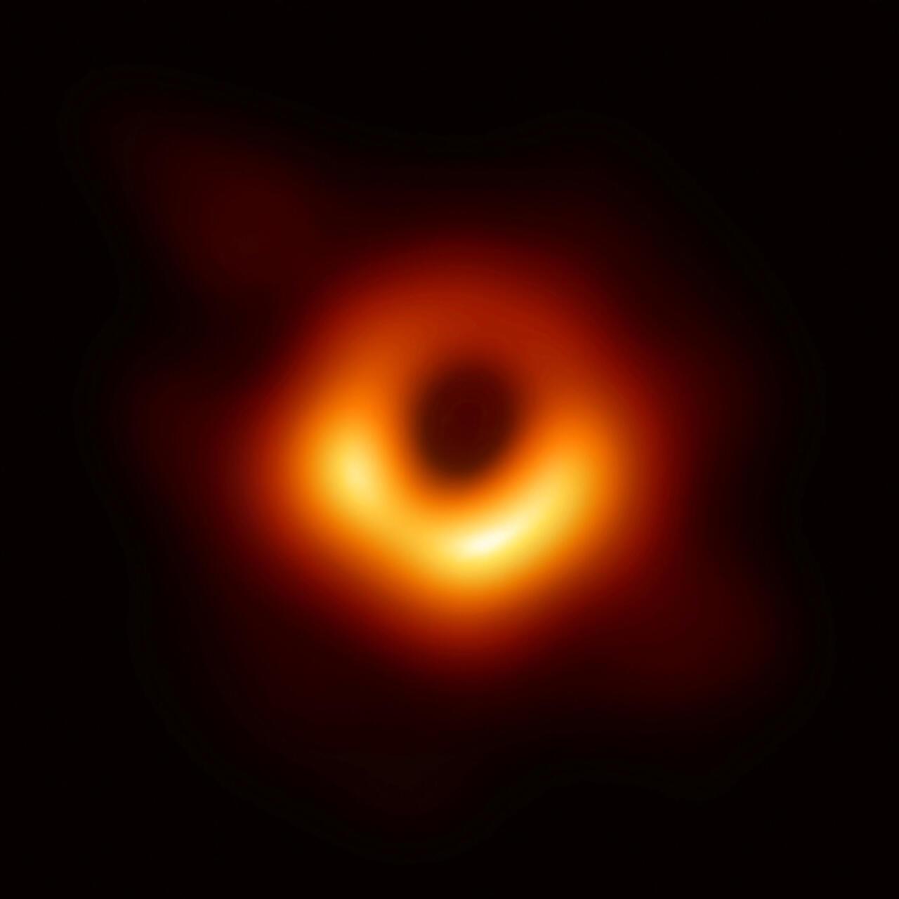 أول صورة لثقب أسود from s.mc-doualiya.com