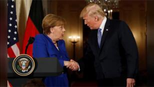 / الرئيس الأمريكي دونالد ترامب يصافح المستشارة الألمانية أنجيلا ميركل