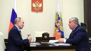 الرئيس الروسي فلاديمير بوتين يلتقي بالرئيس التنفيذي لشركة إنتاج النفط روسنفت إيغور سيتشين في مقر إقامة الدولة في نوفو-أوغاريوفو خارج موسكو في 15 فبراير 2021.