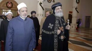 إمام الأزهر الأكبر أحمد الطيب (على اليسار) وبطريرك الأقباط الأرثوذكس البابا توادروس الثاني