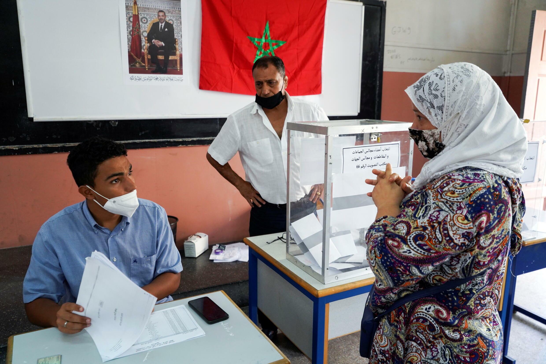 تصويت مواطنين مغاربة خلال الانتخابات العامة لسنة 2021