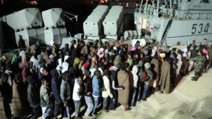 أفواج من المهاجرين أنقذهم خفر السواحل الليبيون