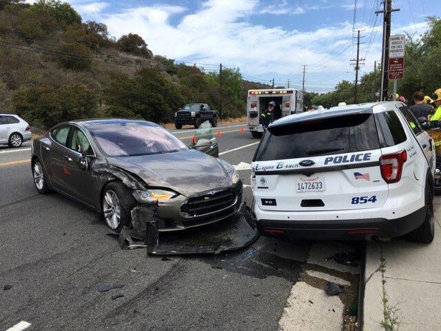سيارة تيسلا تصطدم بسيارة شرطة