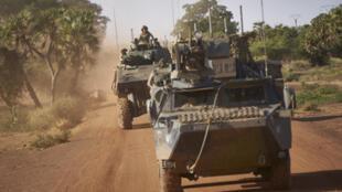 قوات من الجيش الفرنسي تقوم بدورية في منطقة ريفية في شمال بوركينا فاسو في 14 نوفمبر 2019