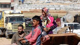 لاجئون سوريون يغادرون لبنان