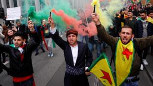 متظاهرون مؤيدون للأكراد يحتجون على العمل العسكري التركي في شمال شرق سوريا في فرانكفورت-