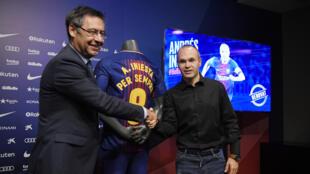 أندريس إنييستا يصافح رئيس نادي برشلونة جوزيب ماريا بارتوميو بعد تجديد عقده في كامب نو يوم 6 أكتوبر 2017
