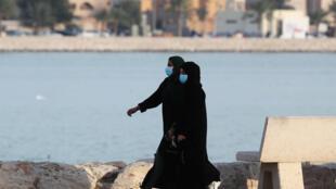 امرأتان سعوديتان ترتديان الكمامات