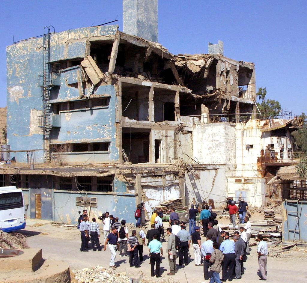 صحفيون يزورون موقع المفاعل النووي العراقي تموز في عام 2002