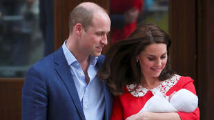 الأمير وليام وزوجته كيت ميدلتون أثناء خروجهما من المستشفى برفقة مولدهما الجديد 23 أبريل 2018