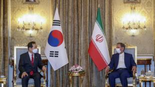 نائب الرئيس الإيراني (يمين) مع رئيس الوزراء الكوري الجنوبي تشونغ سي كيون في طهران يوم الأحد 11-04-2021