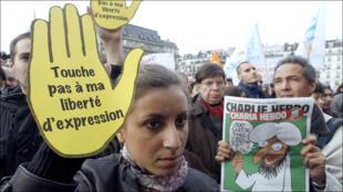 خلال مسيرة دعم لمجلة تشارلي إيبدو الفرنسية الساخرة في باريس عام 2011 بعد أيام قليلة من هجوم على مكاتبها