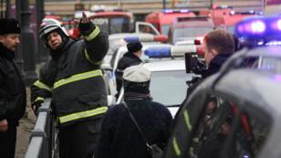 رجال الطوارىء بعد التفجير في محطة المترو بمدينة سان بطرسبورغ الروسية