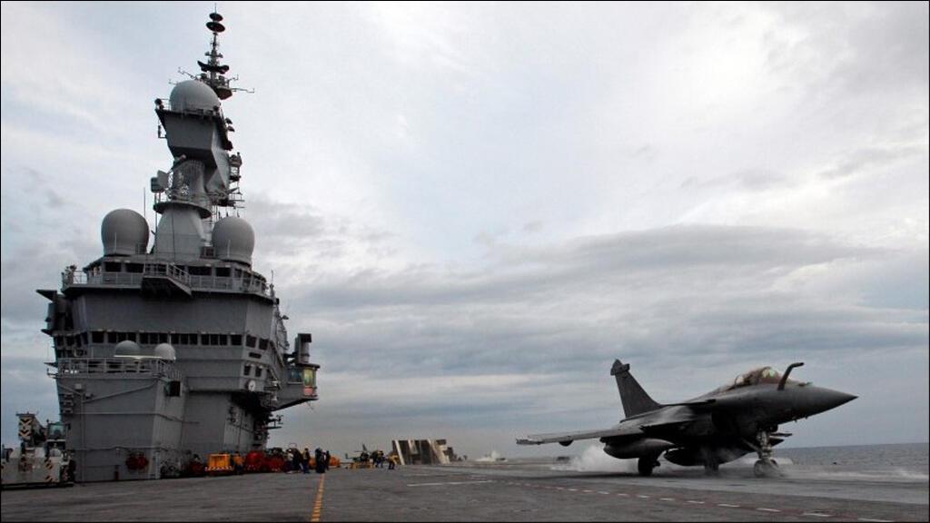 """طائرة رافال تنطلق من على متن حاملة الطائرات """"شارل ديغول"""" في البحر المتوسط في تشرين الثاني 2009"""