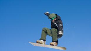 يتزلج على الثلج