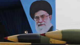 شاحنة عسكرية إيرانية تحمل صواريخ أرض جوًا تحمل صورة للزعيم الإيراني الأعلى آية الله علي خامنئي خلال عرض عسكري بمناسبة يوم الجيش السنوي للبلاد في 18 أبريل 2018